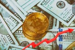 Χρυσά bitcoins σε ένα αμερικανικό δολάριο και ένα σημειωματάριο Crypto Bitcoin currebcy στα αμερικανικά δολάρια χρήματα εικονικά στοκ εικόνες