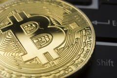 Χρυσά bitcoins στα αμερικανικά δολάρια Ηλεκτρονική έννοια ανταλλαγής χρημάτων Στοκ εικόνα με δικαίωμα ελεύθερης χρήσης