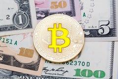 Χρυσά bitcoins στα αμερικανικά δολάρια Ηλεκτρονική έννοια ανταλλαγής χρημάτων Στοκ εικόνες με δικαίωμα ελεύθερης χρήσης