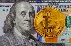 Χρυσά bitcoins στα αμερικανικά δολάρια Ψηφιακή κινηματογράφηση σε πρώτο πλάνο νομίσματος νέες εικονικές πιστώσεις Crypto τοπ άποψ Στοκ φωτογραφία με δικαίωμα ελεύθερης χρήσης