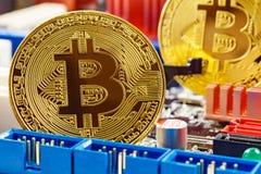 Χρυσά bitcoins στην κινηματογράφηση σε πρώτο πλάνο υποβάθρου μητρικών καρτών υπολογιστών Εικονικά χρήματα Cryptocurrency στοκ εικόνα