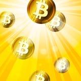 Χρυσά bitcoins στις φωτεινές κίτρινες ακτίνες του backgro επίδρασης ήλιων Στοκ Εικόνα