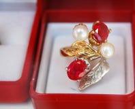 Χρυσά earings Στοκ Εικόνες