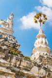 Χρυσά umbrela και άγαλμα ζώων στο ναό κυνοδόντων Wat Saen σε Chiang Mai, Ταϊλάνδη Στοκ Φωτογραφία