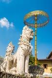 Χρυσά umbrela και άγαλμα ζώων στο ναό κυνοδόντων Wat Saen σε Chiang Mai, Ταϊλάνδη Στοκ Εικόνες