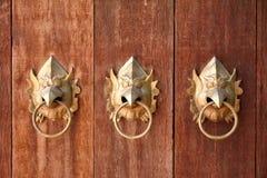 Χρυσές λαβές πορτών garuda διαμορφωμένες κεφάλι Στοκ εικόνα με δικαίωμα ελεύθερης χρήσης