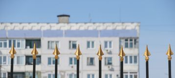 Χρυσές αιχμές από το φράκτη μετάλλων Στοκ Εικόνες