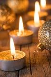 Χρυσές ακτινοβολώντας κεριά και διακοσμήσεις Χριστουγέννων στοκ φωτογραφία με δικαίωμα ελεύθερης χρήσης