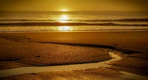 Χρυσές αντανακλάσεις άμμου από την ανατολή Στοκ φωτογραφία με δικαίωμα ελεύθερης χρήσης