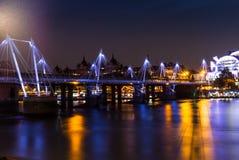 Χρυσές γέφυρες ιωβηλαίου που απεικονίζουν στον Τάμεση τη νύχτα Στοκ Φωτογραφία
