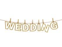 Χρυσές γαμήλιες επιστολές που κρεμούν στο σχοινί με τα clothespins, που απομονώνονται στο λευκό, υπόβαθρο γαμήλιας πρόσκλησης Στοκ Εικόνες