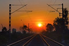 Χρυσές διαδρομές σιδηροδρόμων στην ανατολή Στοκ Φωτογραφία