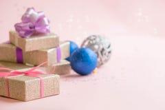 Χρυσές διακοσμήσεις Χριστούγεννα ή νέα σύνθεση πλαισίων έτους Υπόβαθρο διακοπών με το ασημένιο κομφετί αστεριών διακοπές και εορτ Στοκ Φωτογραφίες