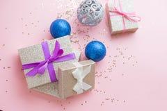 Χρυσές διακοσμήσεις Χριστούγεννα ή νέα σύνθεση πλαισίων έτους Υπόβαθρο διακοπών με το ασημένιο κομφετί αστεριών διακοπές και εορτ Στοκ εικόνες με δικαίωμα ελεύθερης χρήσης