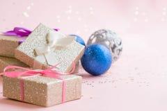Χρυσές διακοσμήσεις Χριστούγεννα ή νέα σύνθεση πλαισίων έτους Υπόβαθρο διακοπών με το ασημένιο κομφετί αστεριών διακοπές και εορτ Στοκ Εικόνες