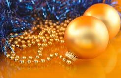 Χρυσές διακοσμήσεις Χριστουγέννων στο χρυσό υπόβαθρο Στοκ εικόνες με δικαίωμα ελεύθερης χρήσης