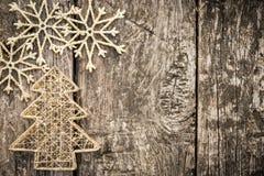 Χρυσές διακοσμήσεις χριστουγεννιάτικων δέντρων στο ξύλο grunge Στοκ εικόνα με δικαίωμα ελεύθερης χρήσης