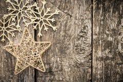 Χρυσές διακοσμήσεις χριστουγεννιάτικων δέντρων στο ξύλο grunge στοκ φωτογραφία