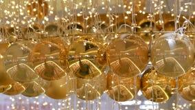 Χρυσές και ασημένιες σφαίρες Χριστουγέννων ως διακοσμήσεις Χριστουγέννων σε ένα εμπορικό κέντρο Μοντέρνο ντεκόρ στο εμπορικό κέντ απόθεμα βίντεο