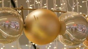 Χρυσές και ασημένιες σφαίρες Χριστουγέννων ως διακοσμήσεις Χριστουγέννων σε ένα εμπορικό κέντρο Μοντέρνο ντεκόρ στο εμπορικό κέντ φιλμ μικρού μήκους