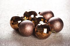 Χρυσές και καφετιές διακοσμήσεις Χριστουγέννων στοκ εικόνες