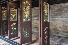 Χρυσές και πράσινες κινούμενες πόρτες Tai Fu Tai στο προγονικό σπίτι, Χονγκ Κονγκ Κίνα στοκ εικόνα με δικαίωμα ελεύθερης χρήσης