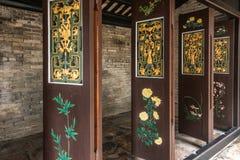 Χρυσές και πράσινες κινούμενες πόρτες Tai Fu Tai στο προγονικό σπίτι, Χονγκ Κονγκ Κίνα στοκ εικόνες με δικαίωμα ελεύθερης χρήσης