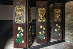 Χρυσές και πράσινες κινούμενες πόρτες Tai Fu Tai στο προγονικό σπίτι, Χονγκ Κονγκ Κίνα στοκ εικόνες
