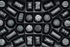 Χρυσές καραμέλες σοκολάτας στο κιβώτιο στοκ εικόνες
