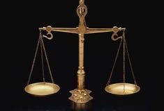 Χρυσές κλίμακες της δικαιοσύνης στοκ εικόνα