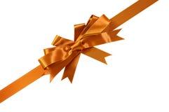 Χρυσές κορδέλλα δώρων και διαγώνιος γωνιών τόξων που απομονώνεται στο λευκό στοκ φωτογραφία