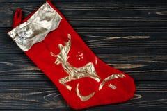 Χρυσές κόκκινες γυναικείες κάλτσες Χριστουγέννων σύνορα διακοσμήσεων μαύρο σε αγροτικό Στοκ Εικόνες