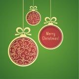 Χρυσές, κόκκινες σφαίρες Χριστουγέννων, με το σχέδιο στροβίλου και λαμπρός, έγγραφο περικοπών για το πράσινο υπόβαθρο διανυσματική απεικόνιση