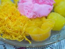 Χρυσές νήματα και κόλλα φασολιών με τις σφαίρες φοντάν λέκιθου αυγών που μαγειρεύονται στην ποικιλία σιροπιού Στοκ εικόνες με δικαίωμα ελεύθερης χρήσης