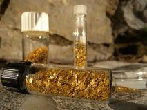 Χρυσές νιφάδες στα φιαλίδια Στοκ Φωτογραφίες