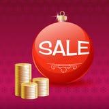 Χρυσές νομίσματα και σφαίρα πώλησης Χριστουγέννων. Στοκ Φωτογραφία