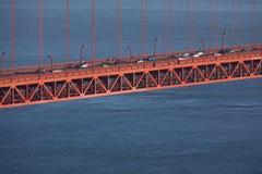 Χρυσές οδόστρωμα και κυκλοφορία γεφυρών πυλών Στοκ εικόνες με δικαίωμα ελεύθερης χρήσης
