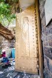 Χρυσές πόρτες Zoroastrians με την ανακούφιση Ahura Mazda στοκ εικόνες
