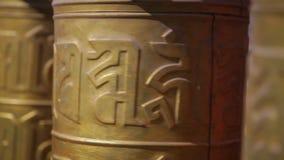 Χρυσές ρόδες προσευχής στο ναό, Κίνα απόθεμα βίντεο