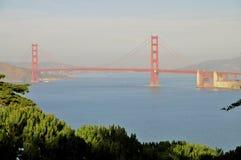 Χρυσές στενό και γέφυρα πυλών στοκ εικόνα με δικαίωμα ελεύθερης χρήσης