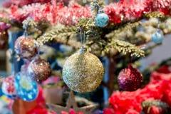 Χρυσές σφαίρες στο χριστουγεννιάτικο δέντρο Στοκ Φωτογραφίες