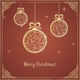 Χρυσές σφαίρες Χριστουγέννων με το σχέδιο στροβίλου και λαμπρός στο κόκκινο υπόβαθρο απεικόνιση αποθεμάτων