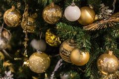Χρυσές σφαίρες Χριστουγέννων που κρεμούν στο δέντρο, όμορφη διακόσμηση Στοκ φωτογραφία με δικαίωμα ελεύθερης χρήσης