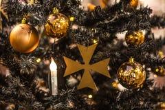 Χρυσές σφαίρες Χριστουγέννων που κρεμούν στο δέντρο, όμορφη διακόσμηση Στοκ Φωτογραφίες