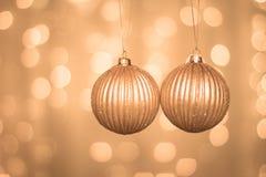 Χρυσές σφαίρες Χριστουγέννων στο αφηρημένο υπόβαθρο στοκ εικόνες