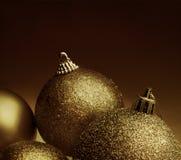 Χρυσές σφαίρες Χριστουγέννων χρώματος Στοκ Εικόνες