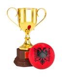 Χρυσές φλυτζάνι τροπαίων και σφαίρα ποδοσφαίρου ποδοσφαίρου με τη σημαία της Αλβανίας Στοκ εικόνα με δικαίωμα ελεύθερης χρήσης