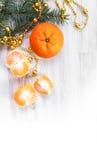Χρυσές χάντρες και φρέσκα tangerines Στοκ εικόνα με δικαίωμα ελεύθερης χρήσης