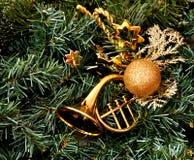 Χρυσή ένωση διακοσμήσεων Χριστουγέννων κέρατων σε ένα χριστουγεννιάτικο δέντρο στοκ φωτογραφίες