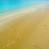 Χρυσή ακτή και μπλε θάλασσα Στοκ Εικόνες
